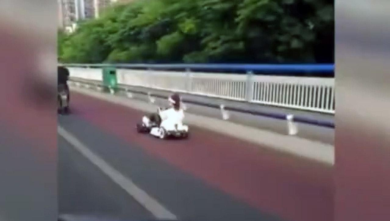 广西一女子驾驶卡丁车上路被查