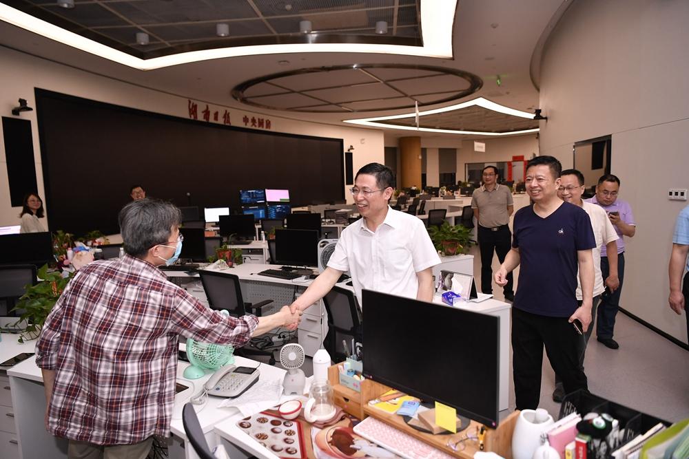 姜协军看望慰问晚班工作人员 向全体湖南报人致以亲切问候