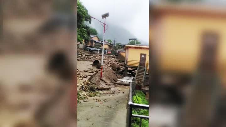 云南贡山多路段塌方 村民刚转移泥沙倾泻而下