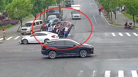 两车相撞一车侧翻驾驶员被困车内 热心市民合力抬车救援