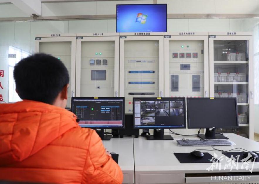 奎星塔泵站工作人员通过电脑实时监控数据