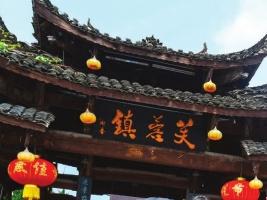 五一假期近四万人打卡芙蓉镇 游客:这一趟来得很值
