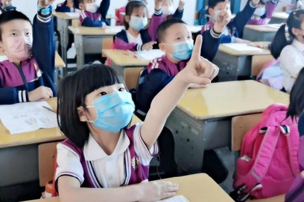 紫竹学校的孩子们在做无接触式眼保健操