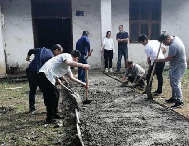 南县一中18名党员正在给段再喜修条出行路