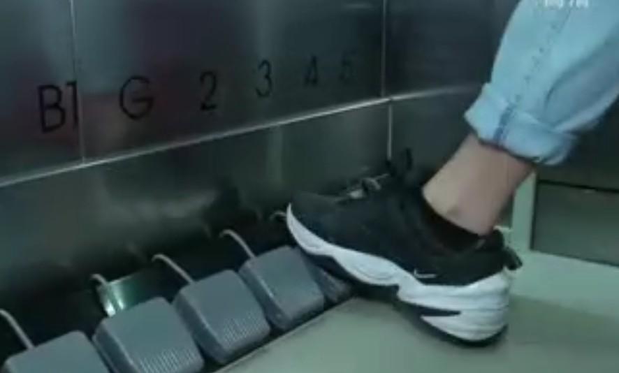 泰国商场运行脚踏式电梯