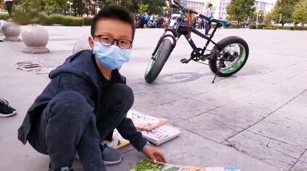 六名小学五年级学生周日摆摊卖旧书:攒钱买新书
