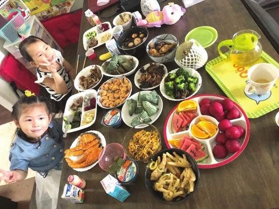 华人朋友圈里妈妈们忙着包粽子