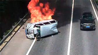 面包车侧翻自燃3人被困 路过司机破窗救人