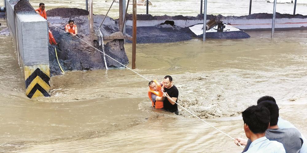 护油员被洪水围困 干群协作解救