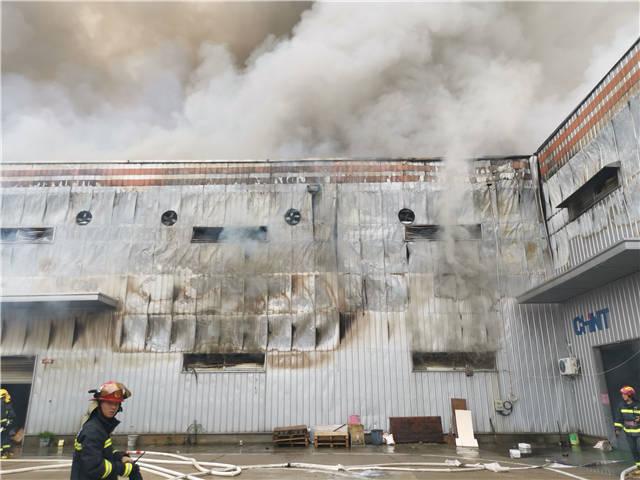 长沙湾田国际市场一仓储突发火灾  火势已控住,无人员伤亡