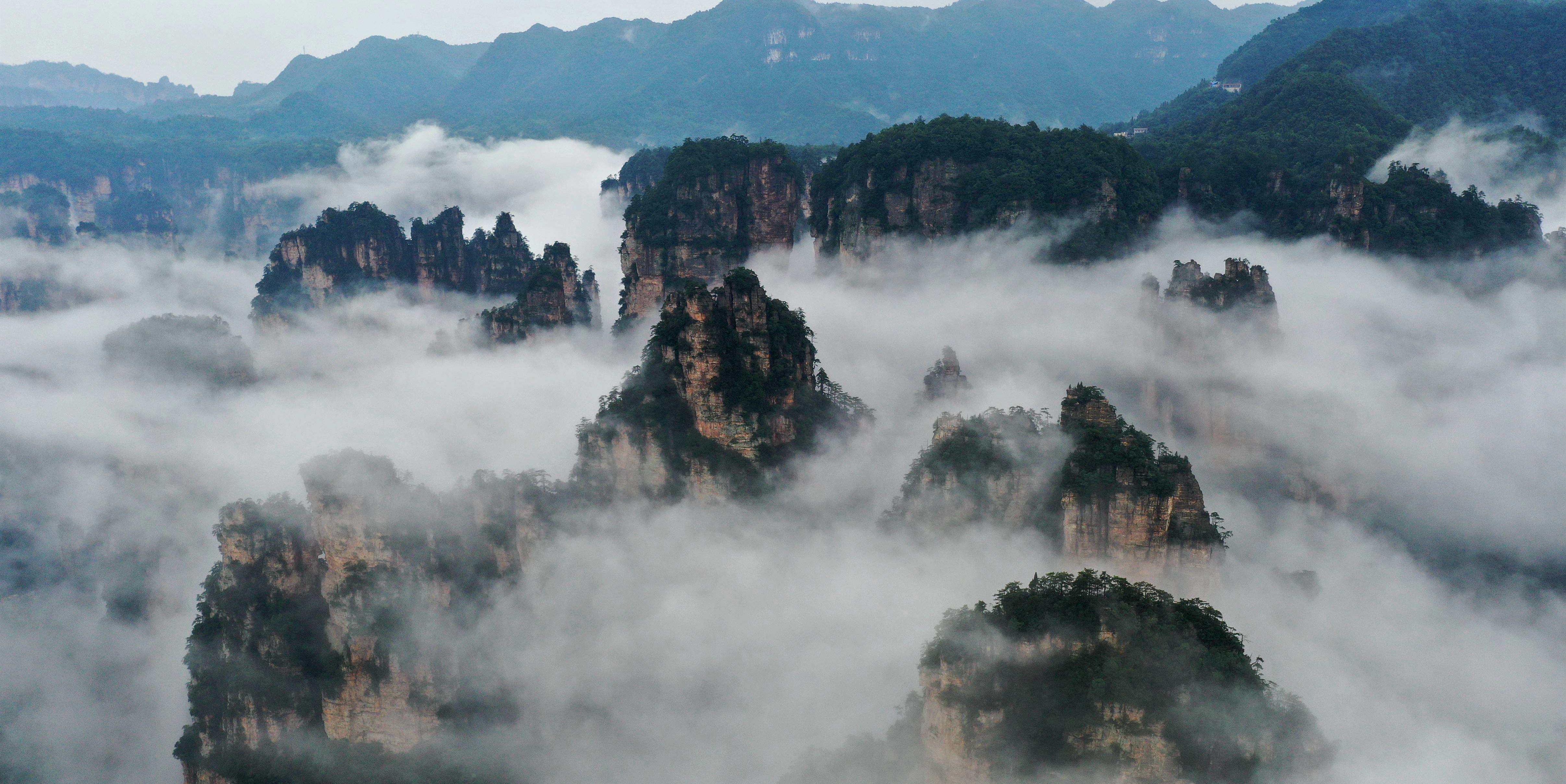 云雾萦绕峰林间