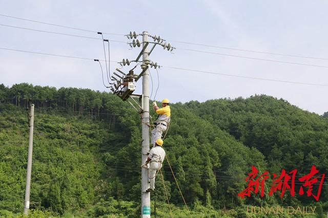 带电作业班在岩门供电所10千伏岩模线005号杆完成绝缘杆操作法接火作业