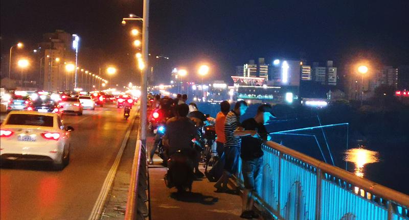 """长沙各大桥成""""钓鱼基地"""",垂钓者莫""""任性"""""""