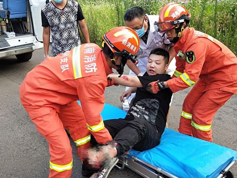 骑摩托车摔倒,司机脚卡车轱辘动弹不得