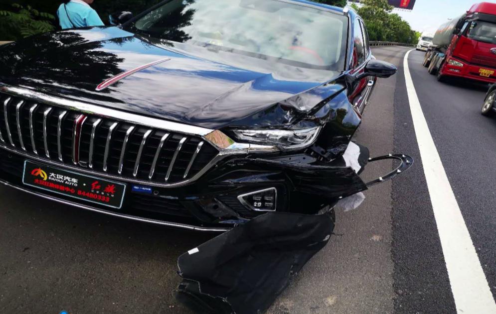 两好友买同一款车同一天提新车,高速上撞一块了