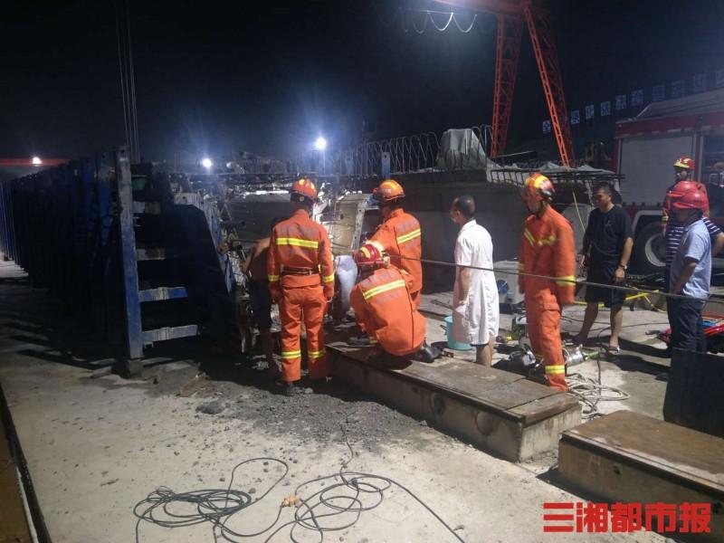 岳阳平江一工人被卡40多度高温管道内,消防紧急救援