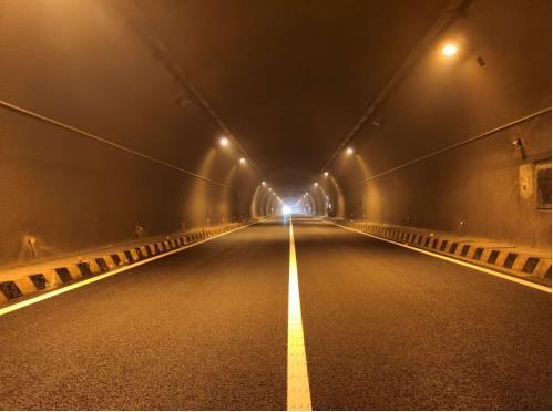"""""""水泥白""""变身""""沥青黑""""!G1517莆炎高速、G0422武深高速几座隧道换新颜"""