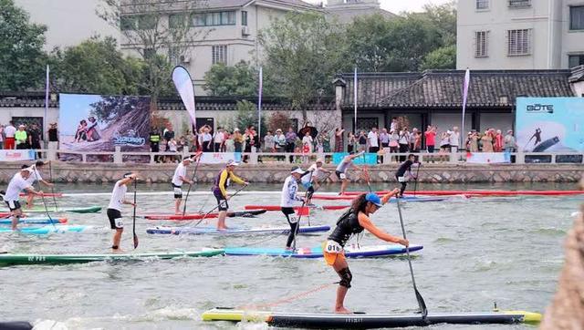 """200余名桨板运动员在南浔古镇""""乘风破浪"""""""
