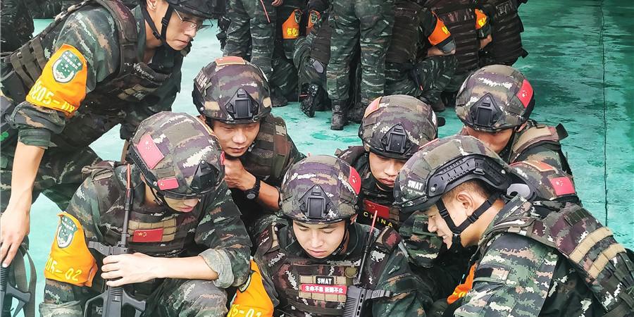 特战队员观看表彰大会
