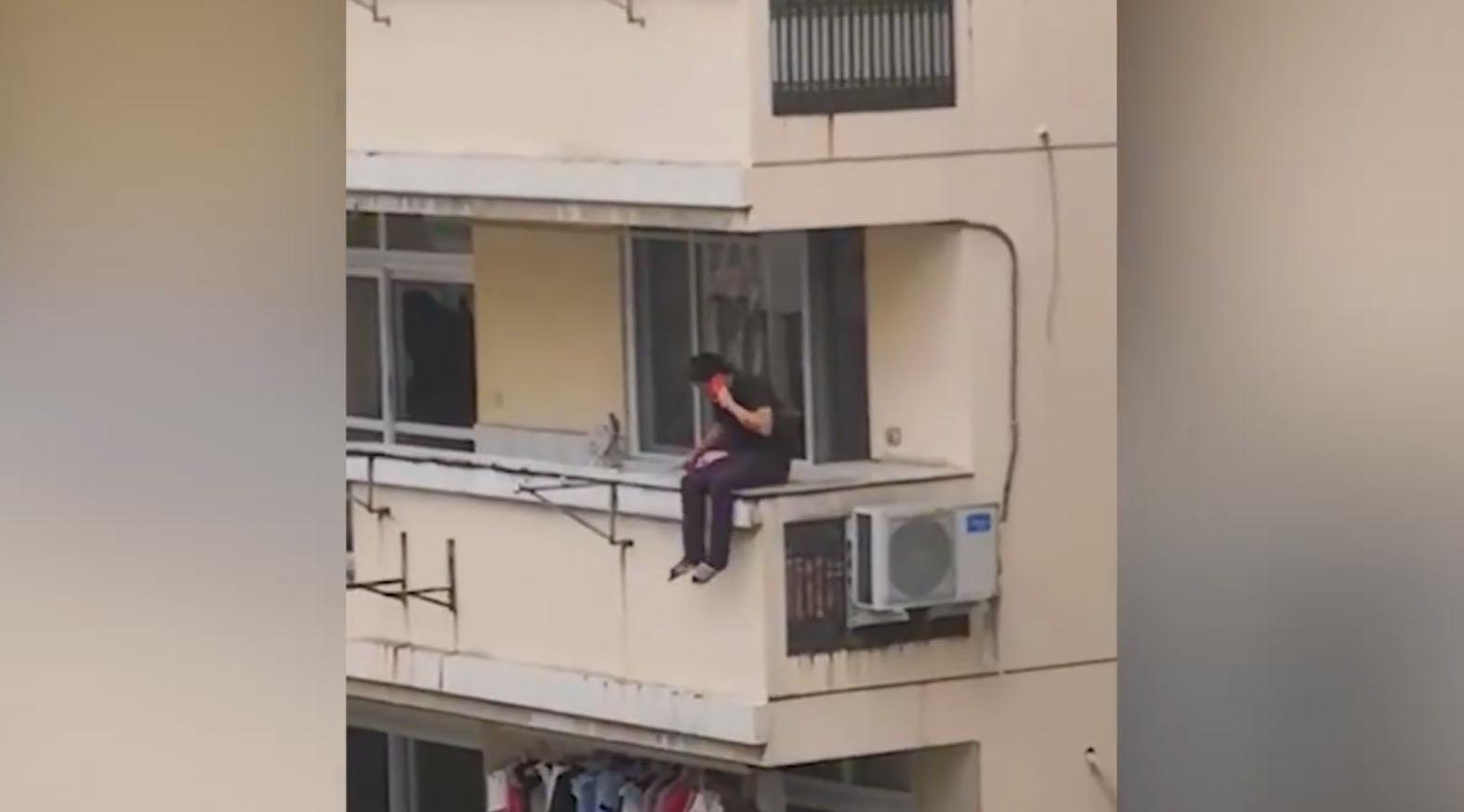 男子持刀抢劫不成坠楼身亡 受害母子成功逃脱