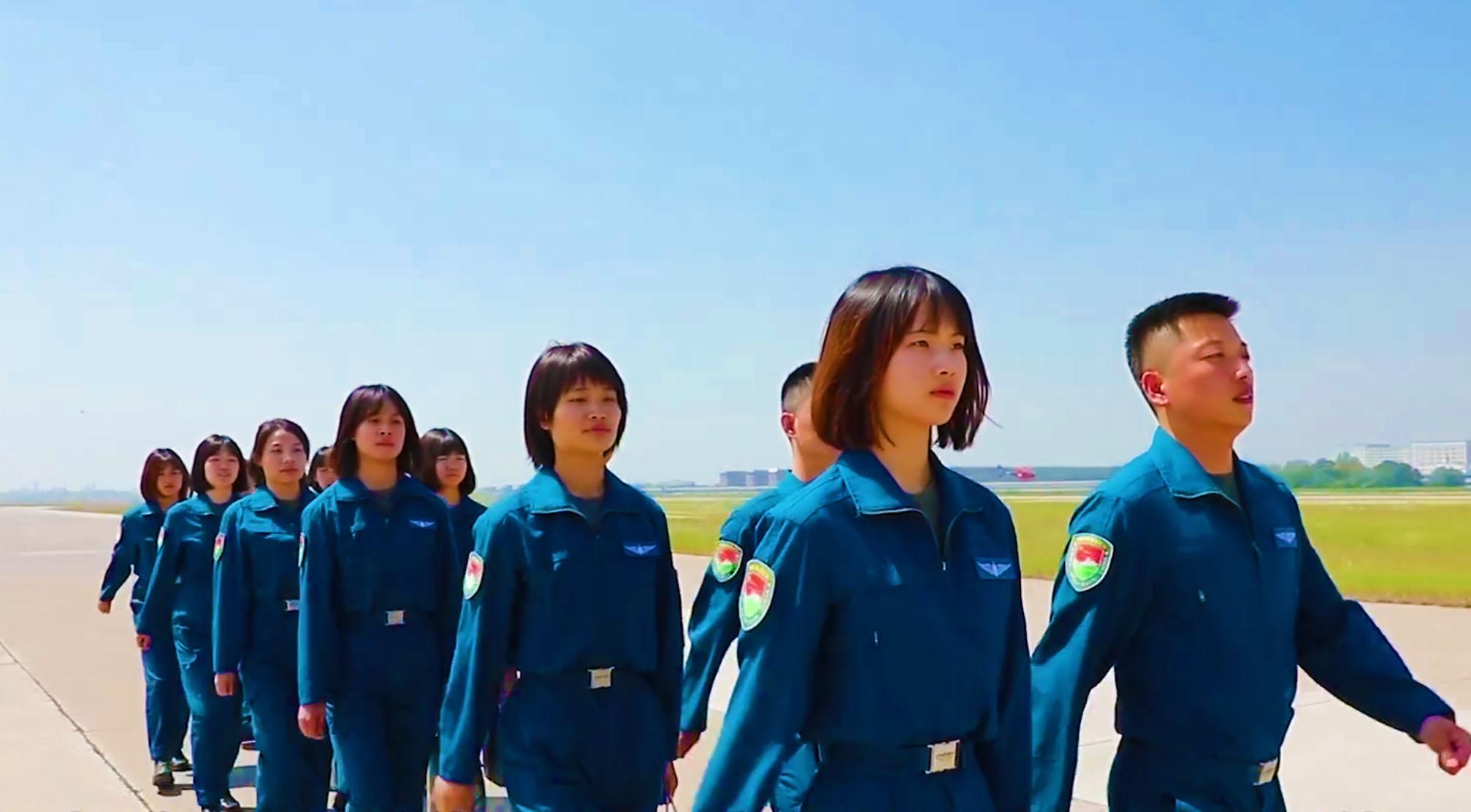 英姿飒爽!陆军首批10名女飞行学员首次单飞
