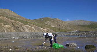 志愿者在青藏高原捡40多万件垃圾