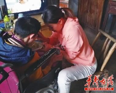 一家三代人十余年接力照顾瘫痪姐妹 纯朴家风值得学一学