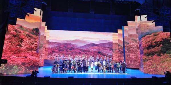 《大地颂歌》舞美总设计孙天卫:好的舞美设计能推动戏剧的发展