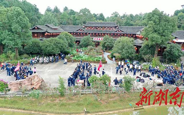 """享有""""山水公园""""美誉的佳麓山庄,国庆期间吸引了市内众多中学师生前来研学"""
