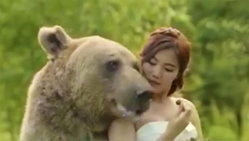 俄罗斯28岁网红棕熊爱与人合影