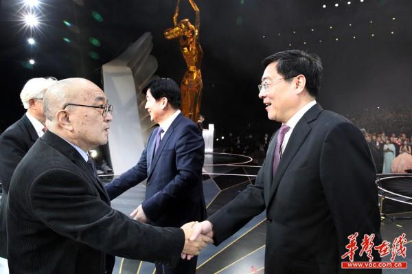 第十三届中国金鹰电视艺术节闭幕 杜家毫李屹为获奖者颁奖