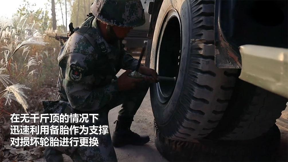 神级操作!汽车兵用备胎当千斤顶换轮胎