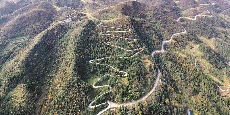公路弯弯进大山