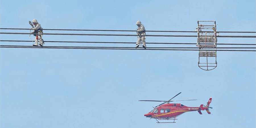 世界首次!城镇居民区特高压直升机带电检修