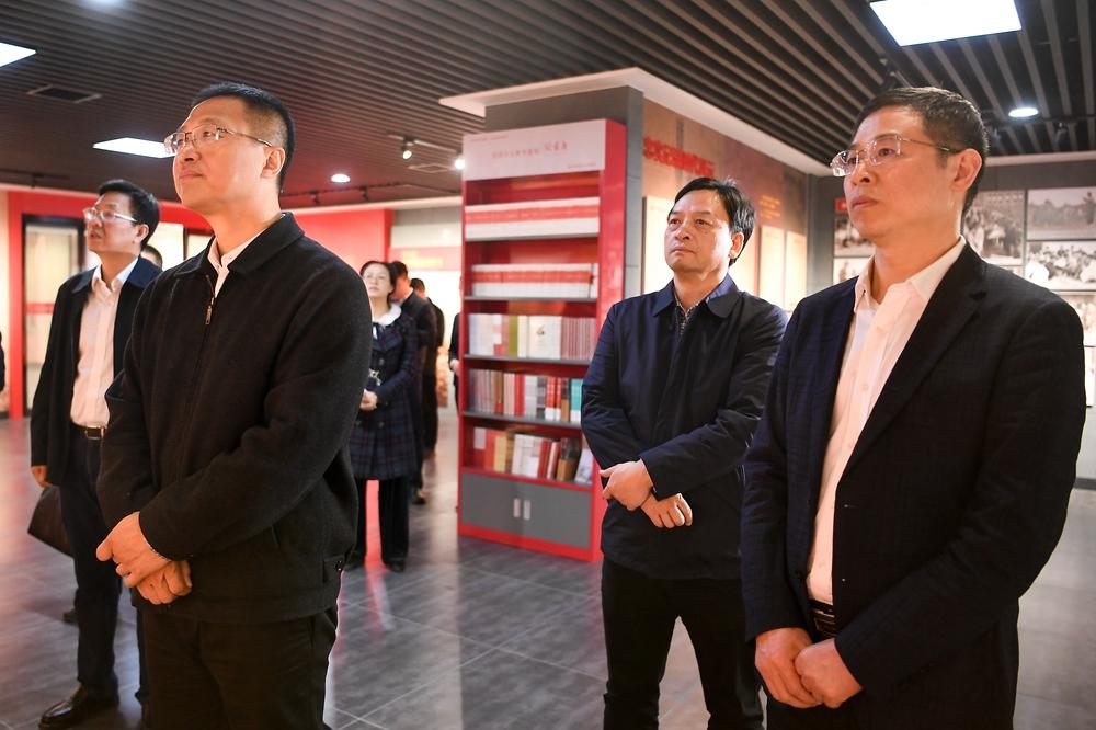 副省长谢卫江在湖南日报社考察调研时强调: 加快推进媒体融合 努力实现社会效益和经济效益双丰收