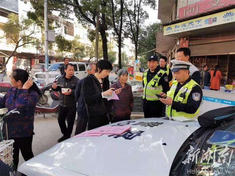电动车违法者学习交通安全知识