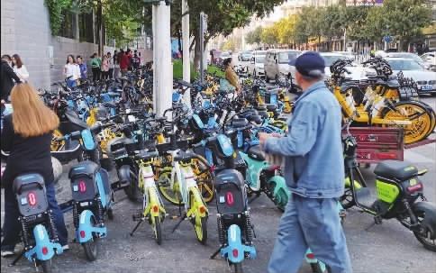 """""""彩虹大战""""乱象丛生,长沙将规范共享电单车,实行配额管理"""