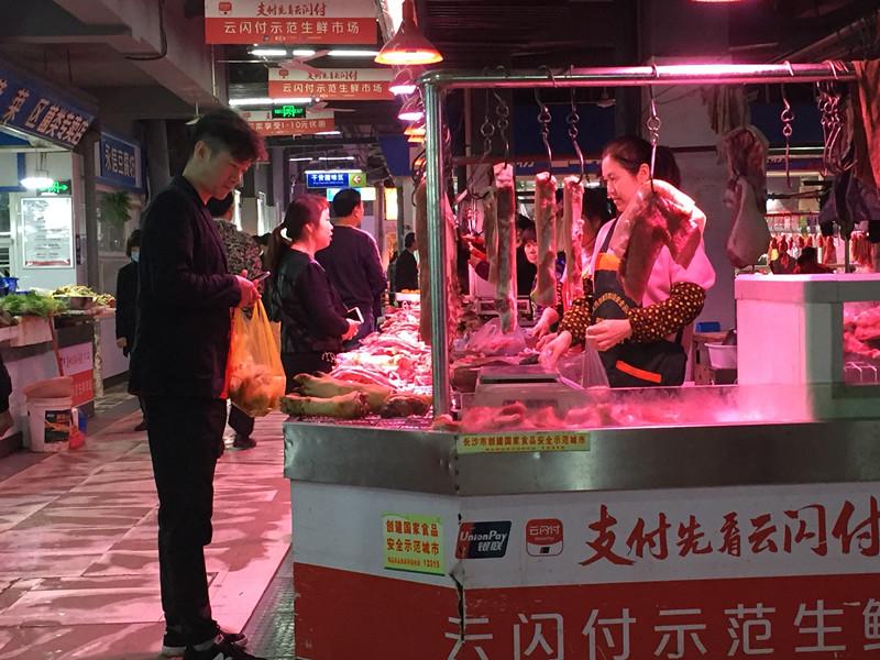 猪肉价格已连续两个多月下降,市场均价每斤约24-27元