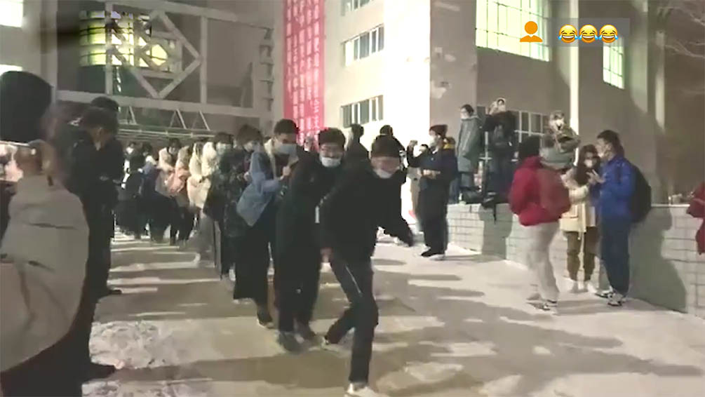 下雪的冬天有多快乐 高校大学生课后排长队滑雪