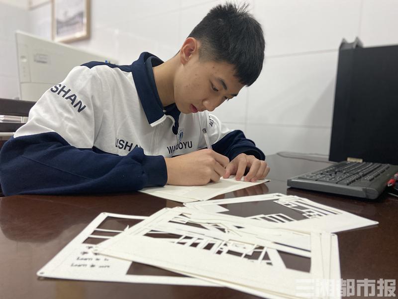 """长沙高中生用白纸复刻的校门,灯光下""""活""""了"""