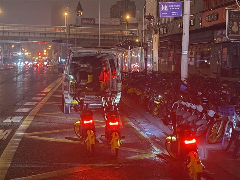 美团电单车连夜回收无牌车辆