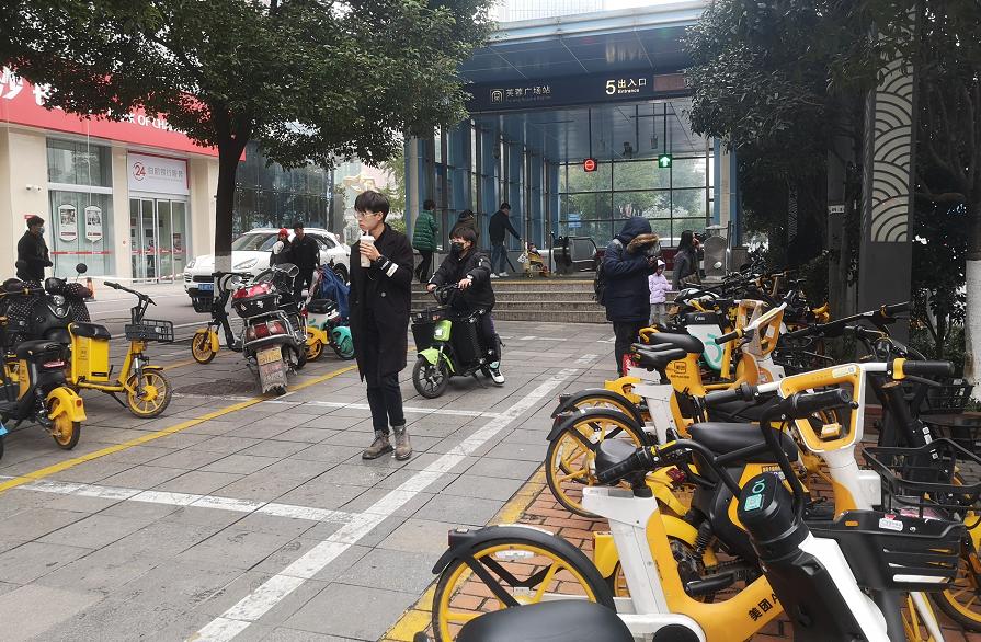 """长沙30多万辆共享电单车""""回笼"""",停车秩序明显好转"""