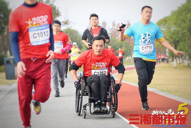 千余跑者参赛,2020湘江马拉松赛株洲鸣枪