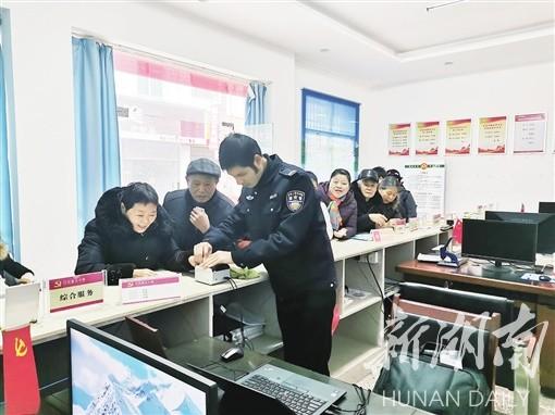 益阳市将警务室等功能场所整合进村民服务中心。图为南县南阳社区辅警正在为居民采集指纹信息。