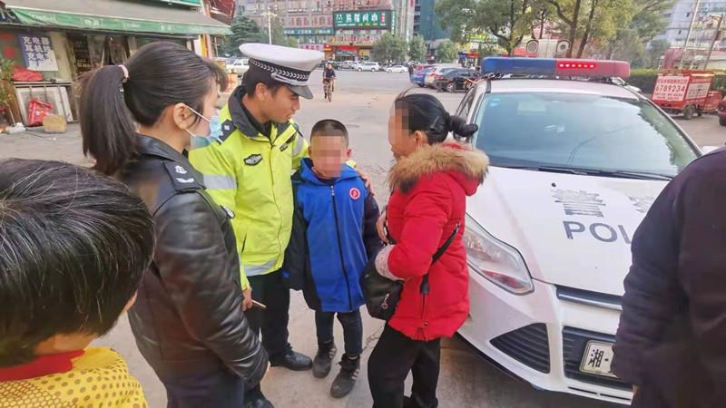 男童在高速口上迷路,民警通过一枚校徽帮他找到家人