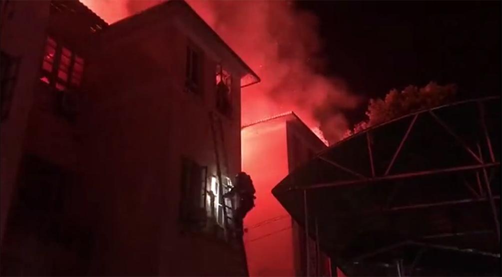 俩女子被困火场站窗户边不敢动弹,消防员搭救生梯救援