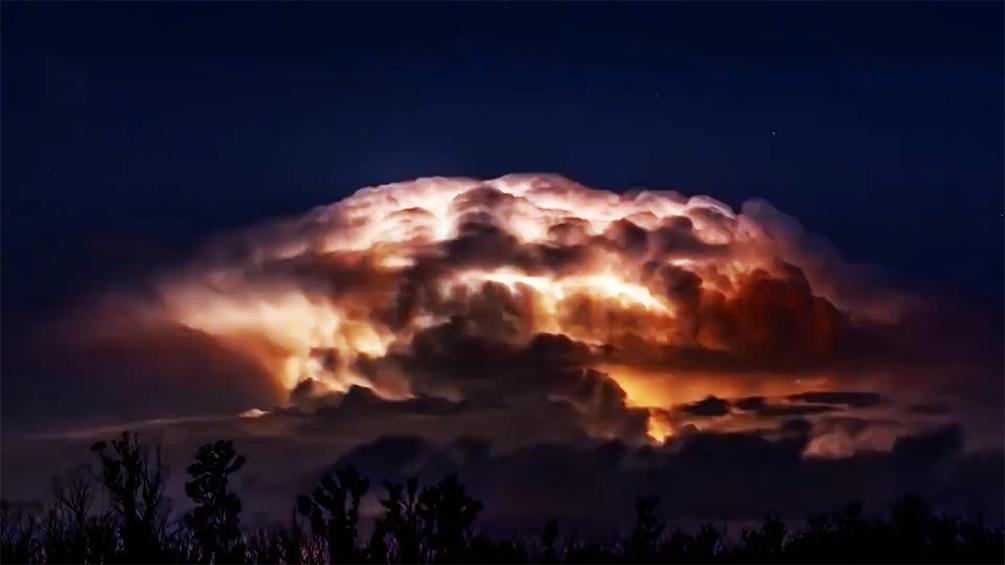 延时摄像头记录沿海风暴席卷天空,闪电在风暴中若隐若现画面震撼
