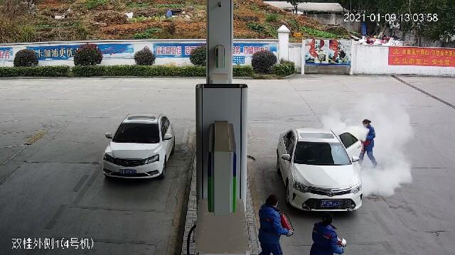邵阳一加油车辆静电起火,加油站员工18秒化险为夷