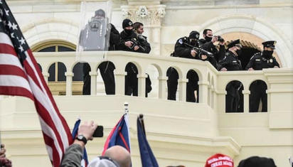 竟与抗议者合影 美国警察什么情况?!
