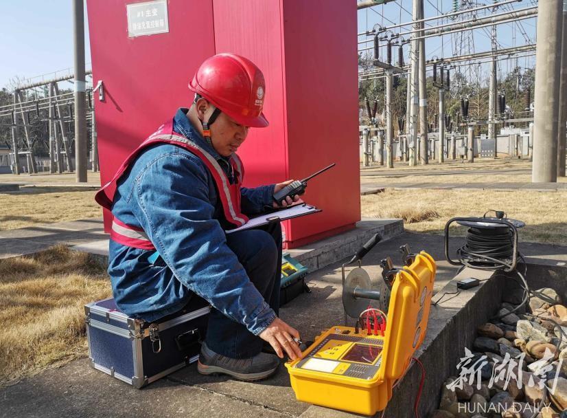 电力员工正在进行变电设备检测。张鸿芬 摄